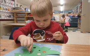 This art activity promotes the development of fine motor skills.